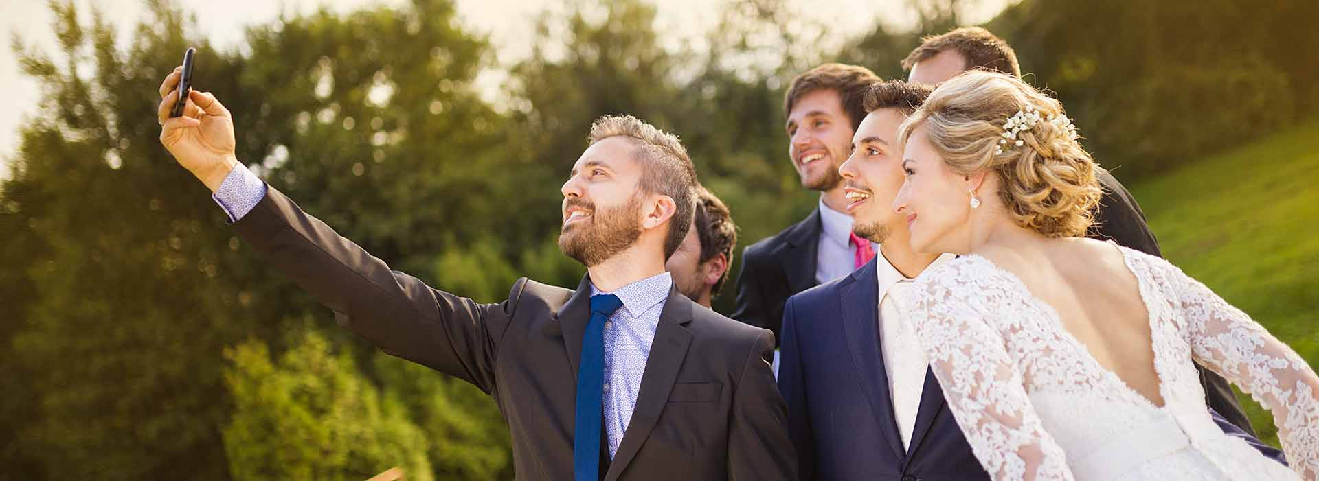 Un gruppo di amici si fa un selfie